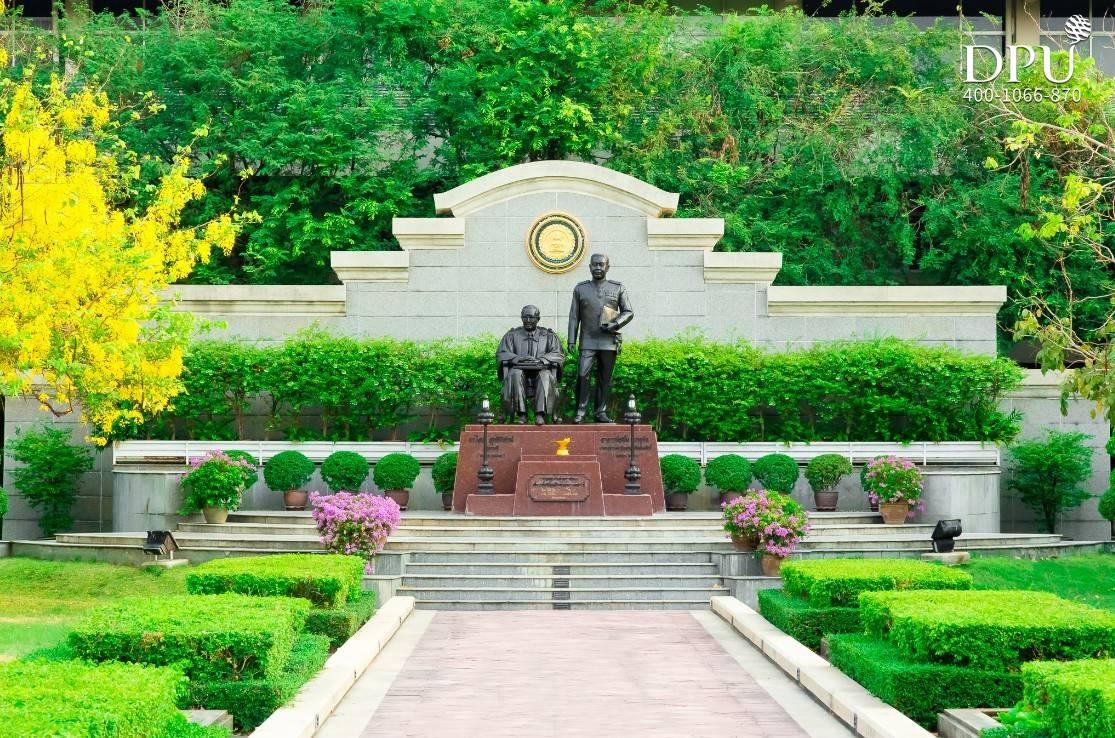 博仁大学创始人雕像
