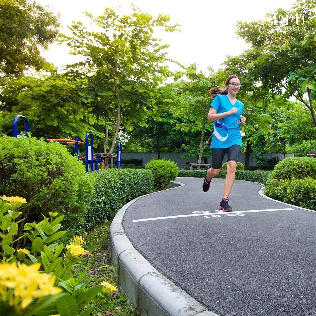泰国博仁大学学生生活户外跑道