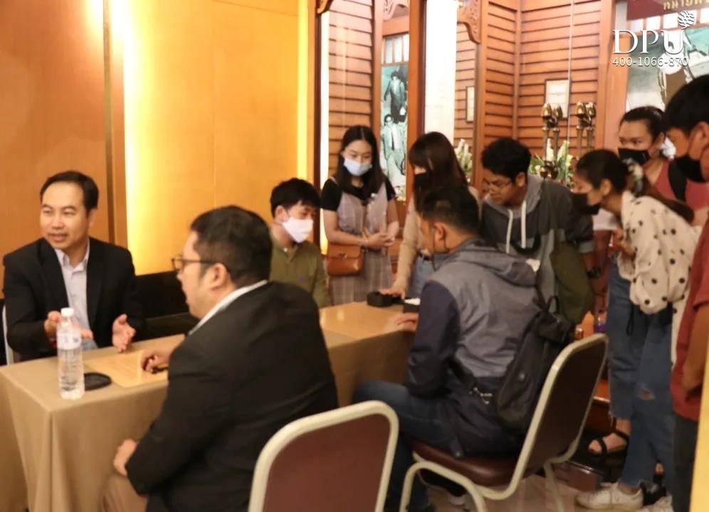 泰国围棋教学协会的主席Rachayoot先生进行现场围棋教学