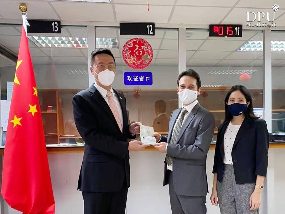 中国驻泰国使领馆首张生物识别签证