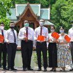 我们在泰国曼谷博仁大学校园里,为党庆生