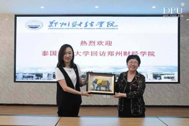 博仁大学与郑州财经学院互赠礼物