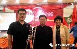 2018年泰国中秋晚会,为中国驻泰全权大使吕健夫妇表演长号独